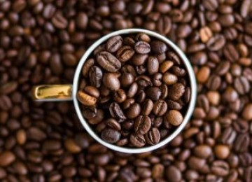Чем опасен просроченный кофе: можно ли пить его и не отравиться?